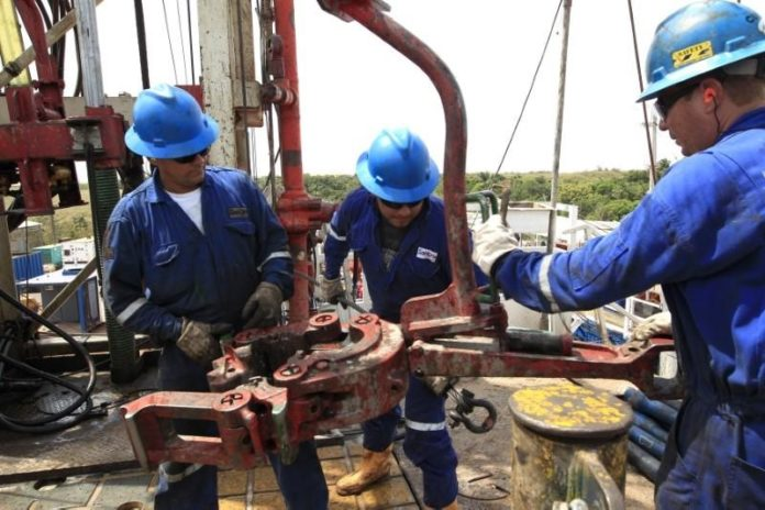 Desactivan paro con la inclusión de petroleros al plan de vacunación en Río Negro