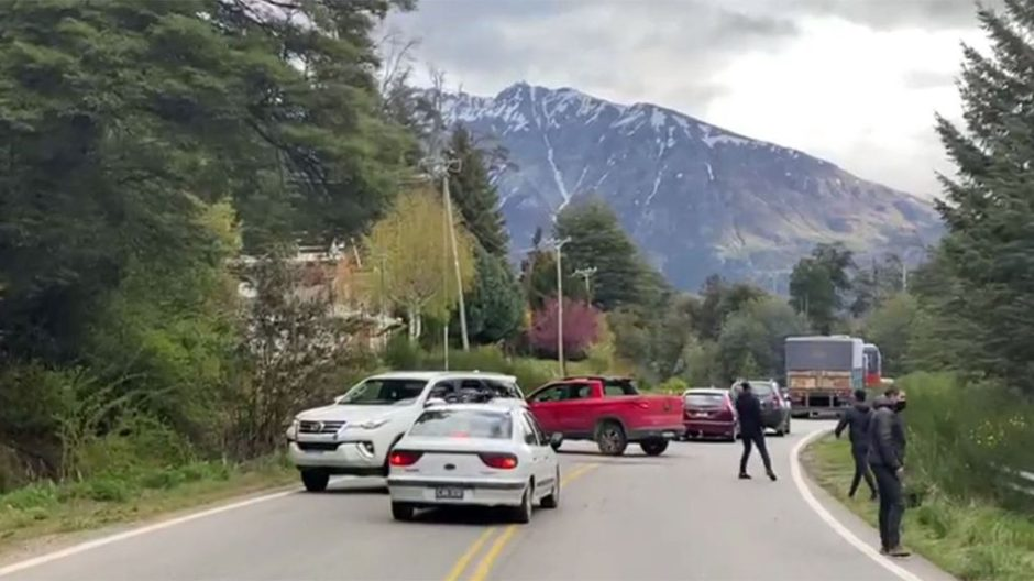 Los mapuches que cortan la ruta en rechazo al desalojo de los usurpadores  de El Foyel agredieron a la gobernadora Arabela Carreras | Diario Neuquino