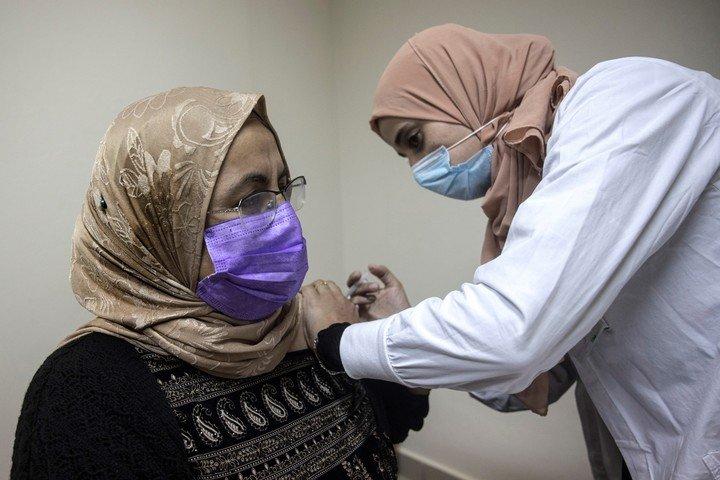 Los casos sintomáticos de COVID-19 cayeron un 94% entre los vacunados con dos dosis en Israel