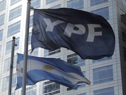 YPF negocia la venta de yacimientos maduros con petroleras independientes