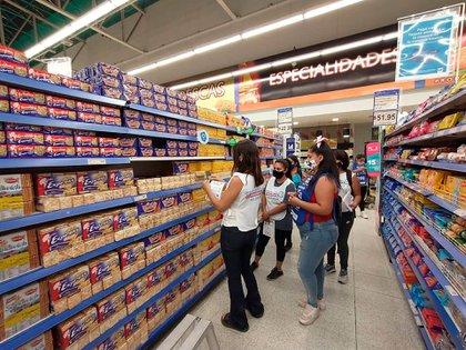 Los movimientos sociales afines al Gobierno salieron con miles de agentes a monitorear los precios en los supermercados