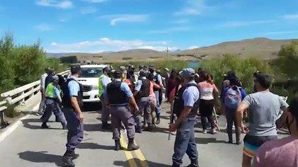 Junín de los Andes:  en el último día del fin de semana largo un grupo de manifestantes cortan la Ruta 40