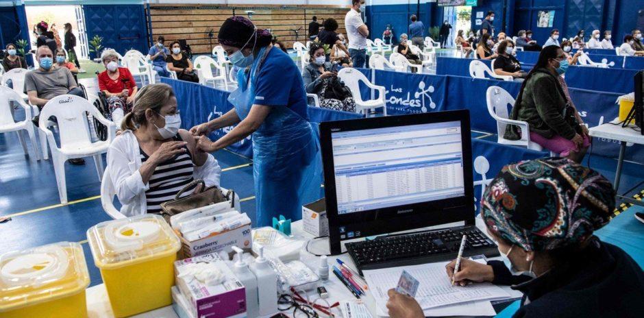 La lucha contra la pandemia –  Chile ya vacuna a sus maestros y se prepara para iniciar las clases en marzo