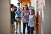 La Gobernadora Carreras entregó 102 casas en Bariloche, todas a nombre de mujeres