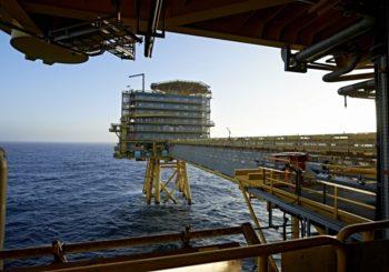 La OPEP acordó mantener los recortes en la producción de petróleo