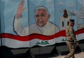 Francisco desafía la violencia y mantiene su histórico viaje a Irak pese a un ataque con cohetes