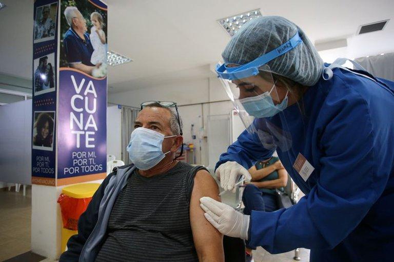 Uruguay aplicará una tercera dosis de Pfizer como refuerzo a todos los que recibieron la vacuna china Sinovac