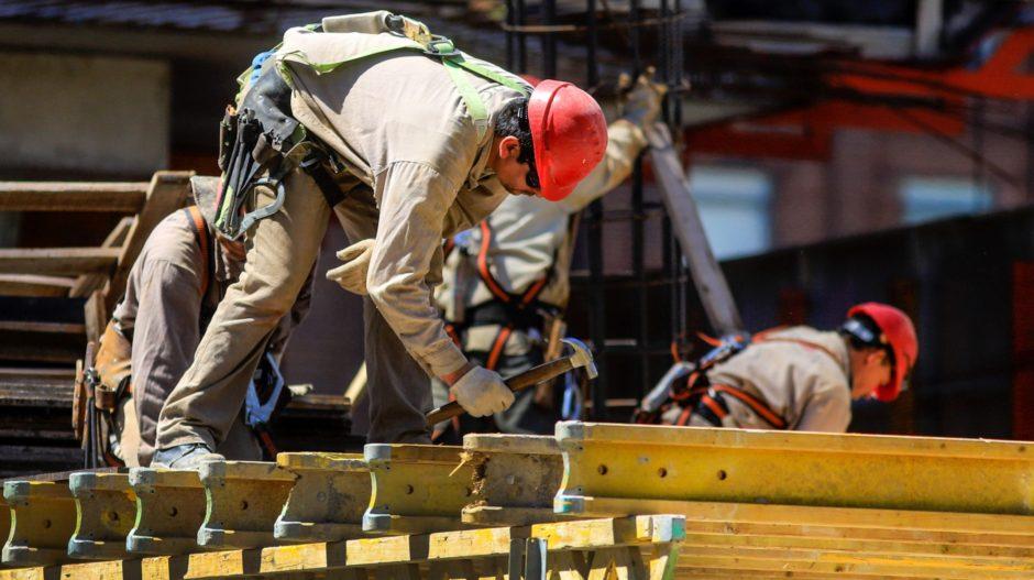 Los salarios aumentaron 4,3% en febrero pero en los 12 meses anteriores perdieron 10 puntos porcentuales contra la inflación