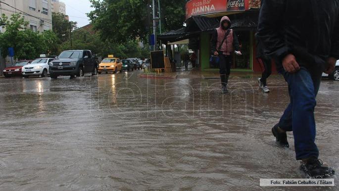 Diluvio en Neuquén y Río Negro: calles anegadas y cortes de luz