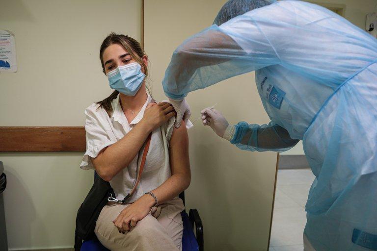 Casi un tercio de la población de Uruguay recibió al menos una dosis de la vacuna contra el COVID-19