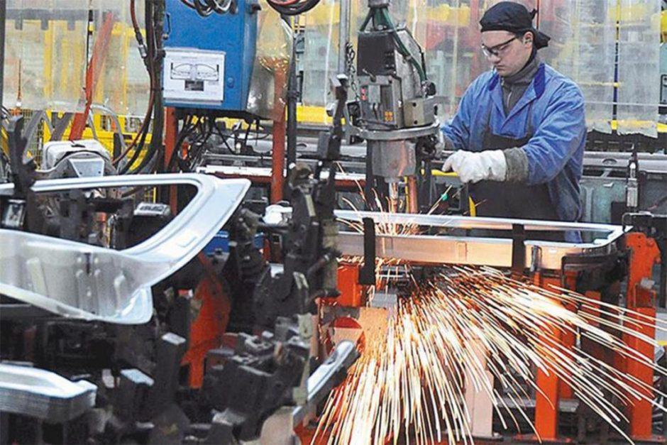 La industria cayó 5% y la construcción 3% en mayo por el impacto de las nuevas restricciones