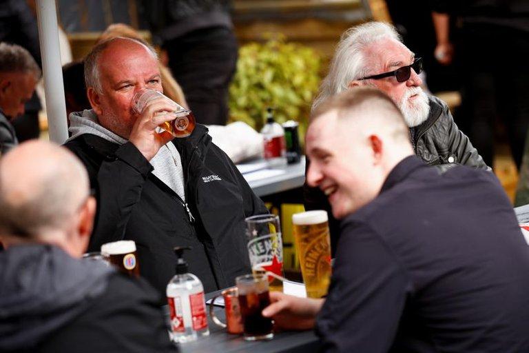 El Reino Unido inicia una etapa clave de la desescalada: habilita viajes al extranjero, público en el fútbol y clientes dentro de los pubs