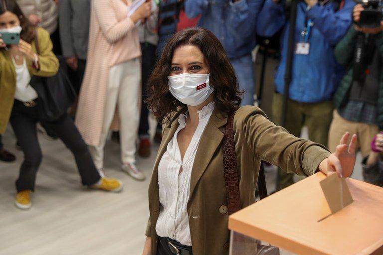 Cerraron las urnas en Madrid: el PP de Díaz Ayuso obtendría una amplia mayoría, pero necesitaría formar una coalición con Vox para gobernar