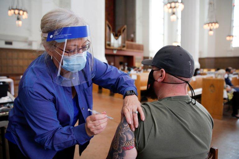Las nuevas medidas que anunció Joe Biden para acelerar la vacunación contra el COVID-19 en Estados Unidos