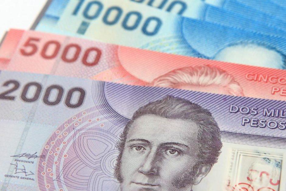 El peso chileno se devalúa y la bolsa de Santiago se desploma tras la derrota de los partidos tradicionales en la elección del fin de semana
