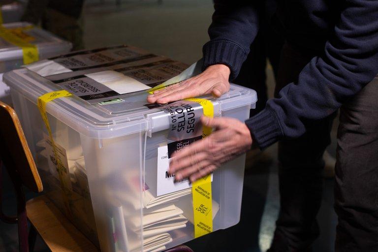 Chile comenzó el conteo de votos de las históricas elecciones constituyentes