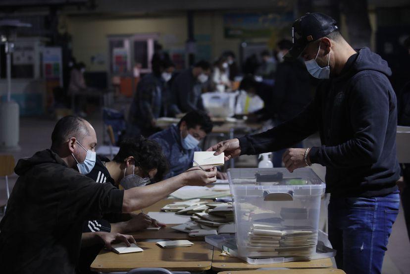 Elecciones en Chile: castigan a los partidos políticos, los independientes alcanzan una representación inédita en la asamblea de 155 miembros, mientras que la derecha y el centroizquierda sufren una gran derrota
