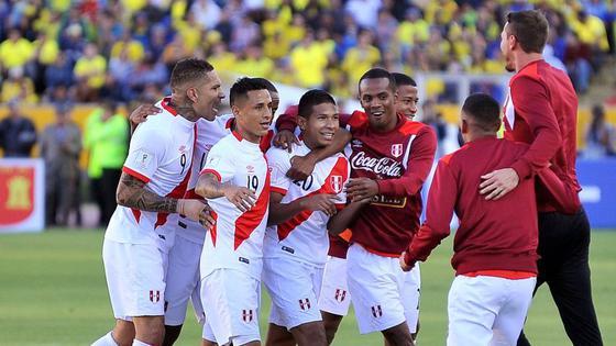 Perú le ganó 2-1 a Ecuador en Quito y logró su primera victoria en las Eliminatorias