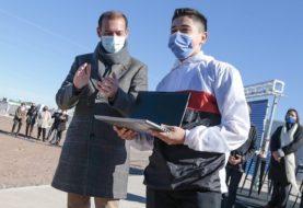 Gutiérrez participó de la entrega de computadoras para estudiantes neuquinos