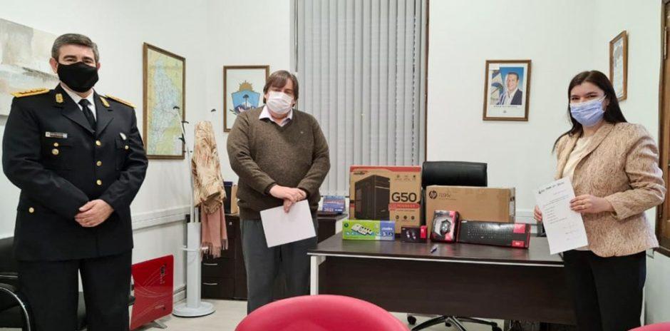 Entregan equipamiento informático a la comisaría de Tricao Malal