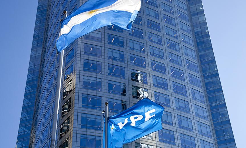 La calificadora de riesgo Moody's subió la nota de YPF