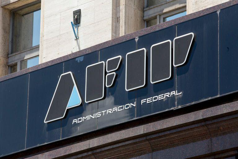 La AFIP empezará a devolver el 35% de recargo al dólar ahorro para monotributistas: cómo tramitarlo