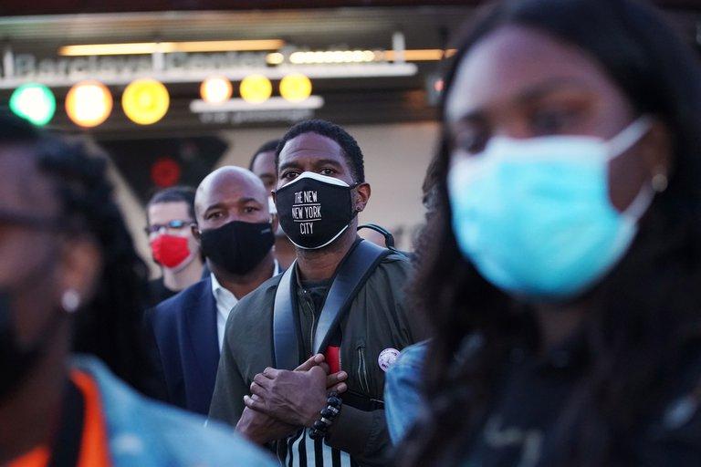 EEUU volvió a recomendar que las personas vacunadas usen mascarilla en interiores
