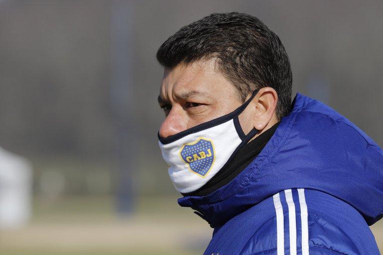 Con Battaglia de técnico, Cardona y un grupo de juveniles: así jugaría Boca el sábado ante Banfield