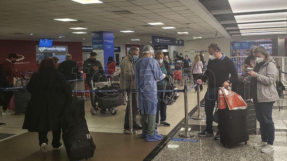Denuncia penal a un viajero contagiado con la variante Delta que incumplió la cuarentena
