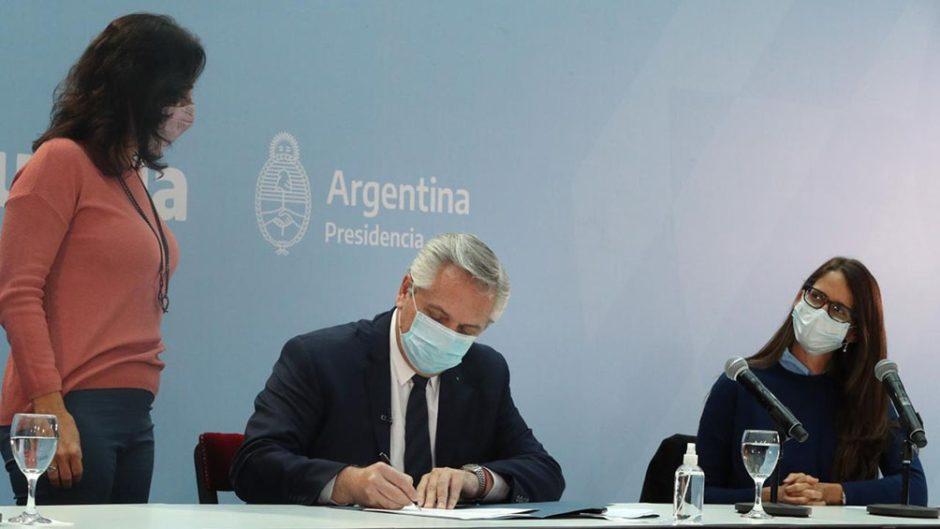 """El Presidente, al promulgar la ley laboral travesti-trans: """"La mejor Argentina es la que da derechos"""""""