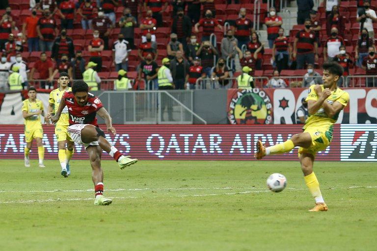 Defensa y Justicia perdió 4-1 con Flamengo en Brasil y quedó eliminado de la Copa Libertadores