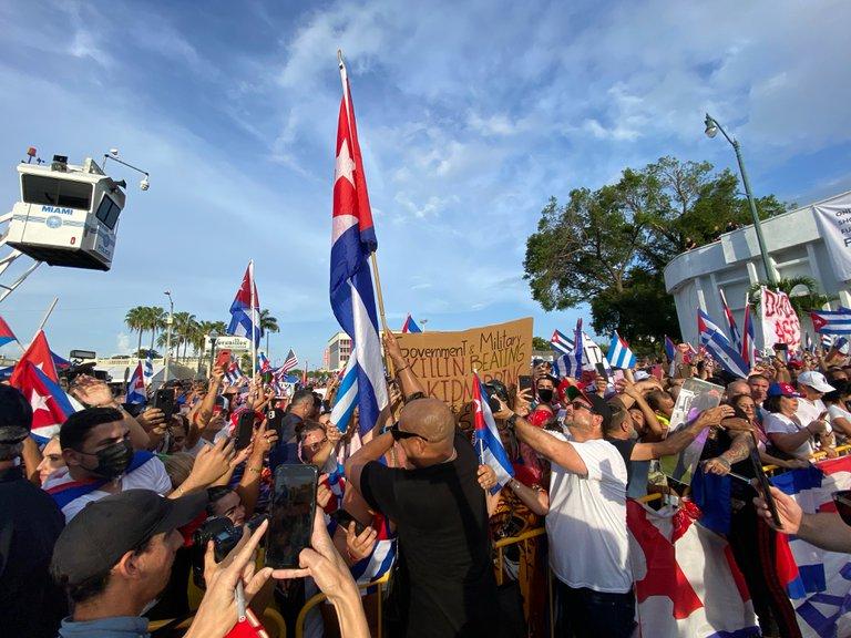 Más de 15 mil personas salieron a las calles de Miami en apoyo a las masivas protestas contra la dictadura en Cuba