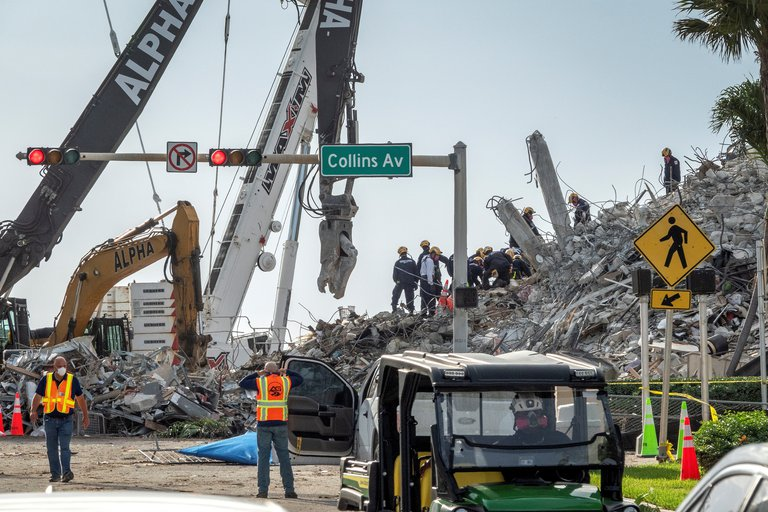 Hallaron 14 nuevos cadáveres en el derrumbe de Miami: hay 78 muertes confirmadas y aún quedan 62 desaparecidos