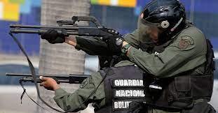 La dictadura chavista no logra controlar Caracas: bandas criminales atacaron una sede de la Guardia Nacional y ya hay 8 muertos