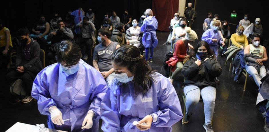 La primera jornada de vacunación COVID-19 en el Cine Teatro Español cerró con 716 personas vacunadas