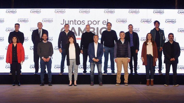 """Dura reacción opositora ante la presentación de renuncias en el Gobierno: Elisa Carrió dijo que es """"un clásico golpe"""""""