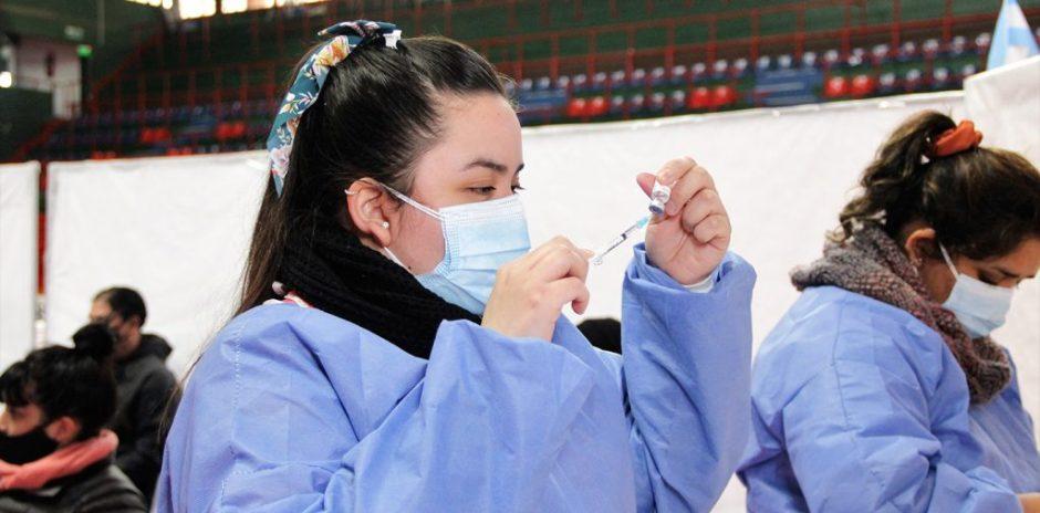 Vacunación COVID-19: ya inscriben a mayores de 12 años sin factores de riesgo