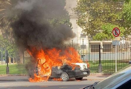 Video - Así fue la explosión en Recoleta: se incendió un auto y, de milagro, solo hubo un herido
